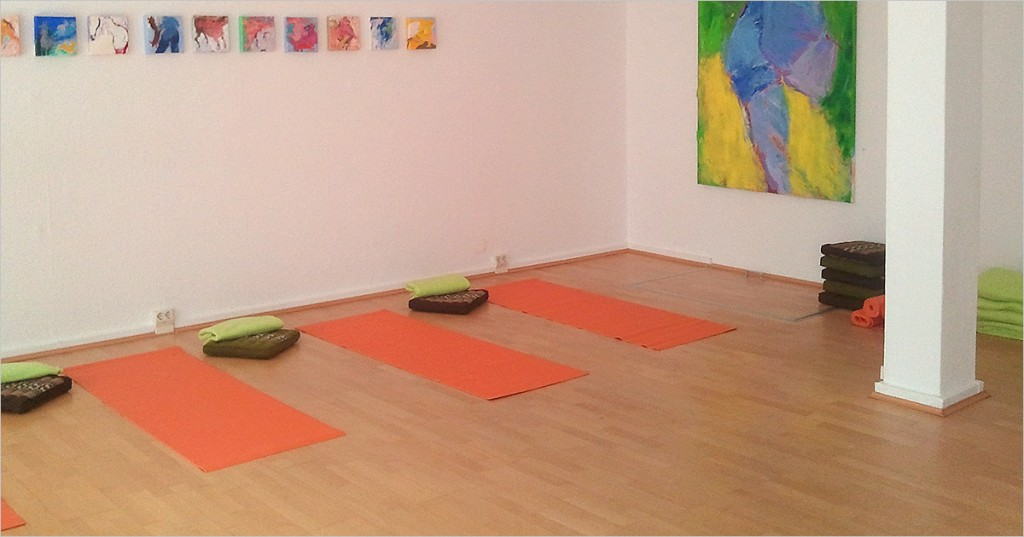 Группа йоги в уютном зале в районе Charlottenburg