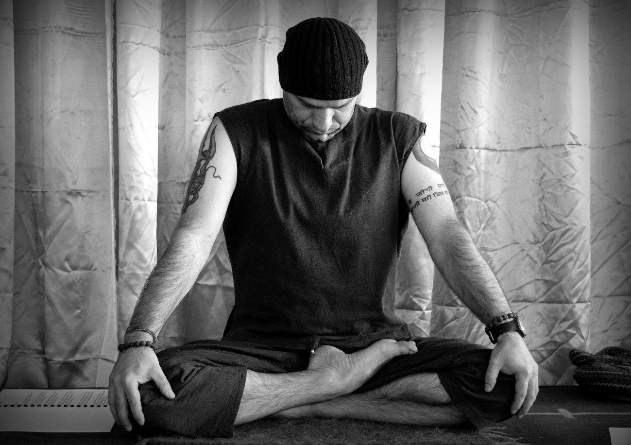 Йоги Адьянатх делает бандху